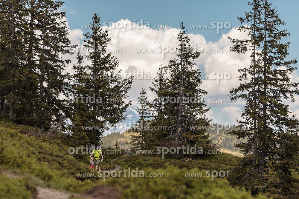 THEMENBILD - Wanderer mit Kinder auf einem Weg, aufgenommen am Geierkogel, Viehhofen, ÖSterreich am 04. Juni 2015 // Hikers with children on a path, Geierkogel, Viehhofen, Austria on 2015/06/04. EXPA Pictures © 2015, PhotoCredit: EXPA/ JFK