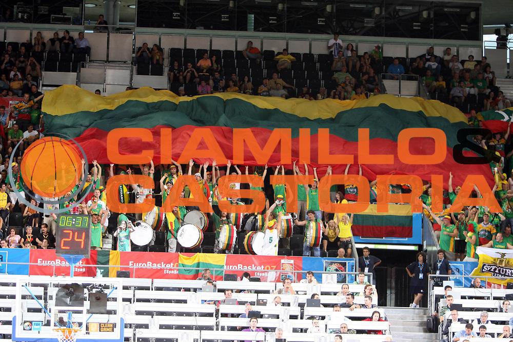 DESCRIZIONE : Madrid Spagna Spain Eurobasket Men 2007 Qualifying Round Italia Lituania Italy Lithuania<br /> GIOCATORE : Tifosi Supporters<br /> SQUADRA : Lituania Lithuania<br /> EVENTO : Eurobasket Men 2007 Campionati Europei Uomini 2007<br /> GARA : Italia Italy Lituania Lithuania<br /> DATA : 08/09/2007<br /> CATEGORIA : Curiosita<br /> SPORT : Pallacanestro<br /> AUTORE : Ciamillo&amp;Castoria/E.Castoria