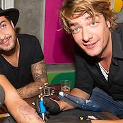 NLD/Hilversum/20151204 - Nieuwe tatoeage voor Dave Roelvink gezet door Frank Dane live in de uitzending van de Frank & Vrijdag Show op Radio 538 Frank Dane zet tattoo bij Dave Roelvink