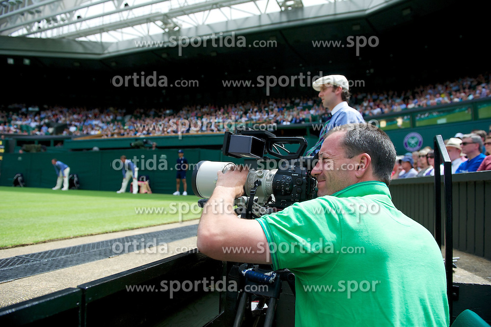 26.06.2012, Wimbledon, London, GBR, WTA, The Championships Wimbledon, im Bild A cameraman uses a new Canon C500 during day two of the WTA Tour Wimbledon Lawn Tennis Championships at the All England Lawn Tennis and Croquet Club, London, Great Britain on 2012/06/26. EXPA Pictures © 2012, PhotoCredit: EXPA/ Propagandaphoto/ David Rawcliff..***** ATTENTION - OUT OF ENG, GBR, UK *****