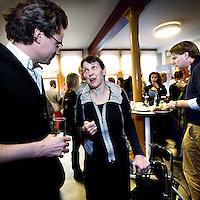 Nederland, Amsterdam , 21 maart 2012.. FNV Jong en jongeren spreken met kwartiermakers over DNV ...De FNV is druk bezig met het opzetten van een nieuwe vakbond, De Nieuwe Vakbeweging. En jongeren moeten een belangrijk deel uit gaan maken van deze nieuwe beweging. Daarom organiseert FNV Jong op woensdag 21 maart een discussieavond met de kwartiermakers van de DNV. FNV Jong wil er op deze manier achter komen hoe jongeren denken over de nieuwe vakbeweging en wat die kan betekenen voor jongeren in de toekomst.  .Jetta Klijnsma is 1 vd aanwezigen en praat met deze jongeren..Op de foto Jetta Klijnsma tijdens de borrel in gesprek met 1 van de FNV jongeren...Foto:Jean-Pierre Jans