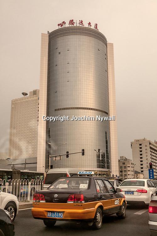 Beijing 2011 08 Peking Kina<br /> Trafik i centrala Beijing taxibil och skyskrapa<br /> ----<br /> FOTO : JOACHIM NYWALL KOD 0708840825_1<br /> COPYRIGHT JOACHIM NYWALL<br /> <br /> ***BETALBILD***<br /> Redovisas till <br /> NYWALL MEDIA AB<br /> Strandgatan 30<br /> 461 31 Trollh&auml;ttan<br /> Prislista enl BLF , om inget annat avtalas.