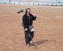 A man uses a metal detector on Portobello Beach in Edinburgh during a sunny first day of Autumn.<br /> <br /> Edinburgh Weather Pictures, Thursday 22nd September 2016<br /> <br /> (c) Alex Todd | Edinburgh Elite media