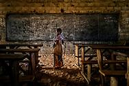 En los últimos años Burkina Faso, uno de los países más pobres del mundo y que fuera de los más seguros de África Occidental, ha sido blanco de más de 300 ataques de grupos islamistas radicales vinculados al Dáesh. <br /> Entre los objetivos militares de los integristas (comenzaron a realizar operaciones en el país después de haberse roto los acuerdos con el ex presidente Blaise Compaoré -derrocado en 2014 tras 27 años de férrea dictadura- quien les brindaba apoyo a cambio de no realizar acciones violentas en Burkina) se encontraban oficinas gubernamentales y miembros del ejército y la policía. <br /> La educación en francés (idioma oficial) y sus profesores, se han vuelto el centro de los ataques que ha obligado a cerrar más de mil escuelas, dejado sin clases a más de 150000 niños en el último año y ha hecho abandonar su trabajo y buscar refugio al 60% de sus docentes…<br /> La amenaza yihadista es clara: Enseñar el Corán o morir.<br /> Los niños tienen miedo. Ya no van al colegio. Temen un ataque que los mate y han comenzado a estudiar en sus hogares. Improvisadas pizarras, regimientos de niños que aprenden unos de otros (los más grandes enseñan a los más pequeños)… vorágine de resistencia creativa y cultural.