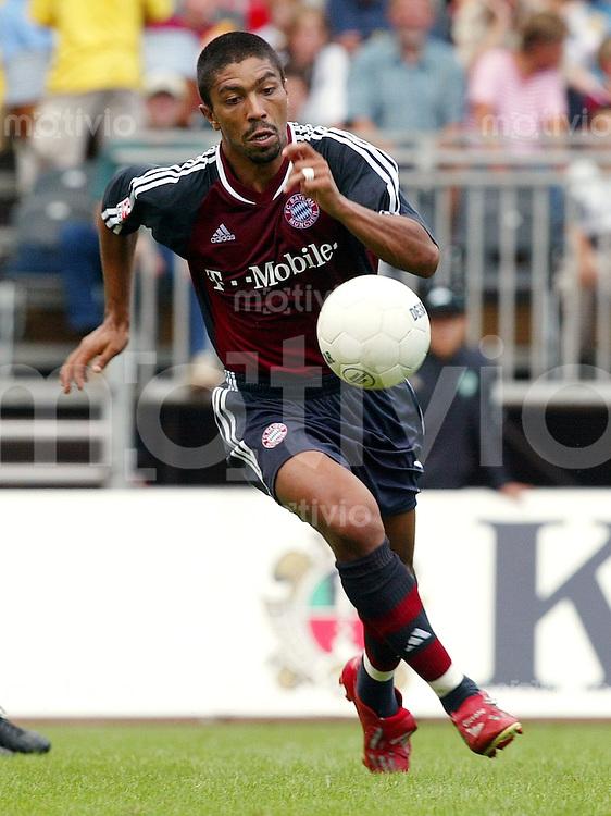 FUSSBALL Bundesliga 2002/2003 Giovane LBER, Einzelaktion am Ball FC Bayern Muenchen