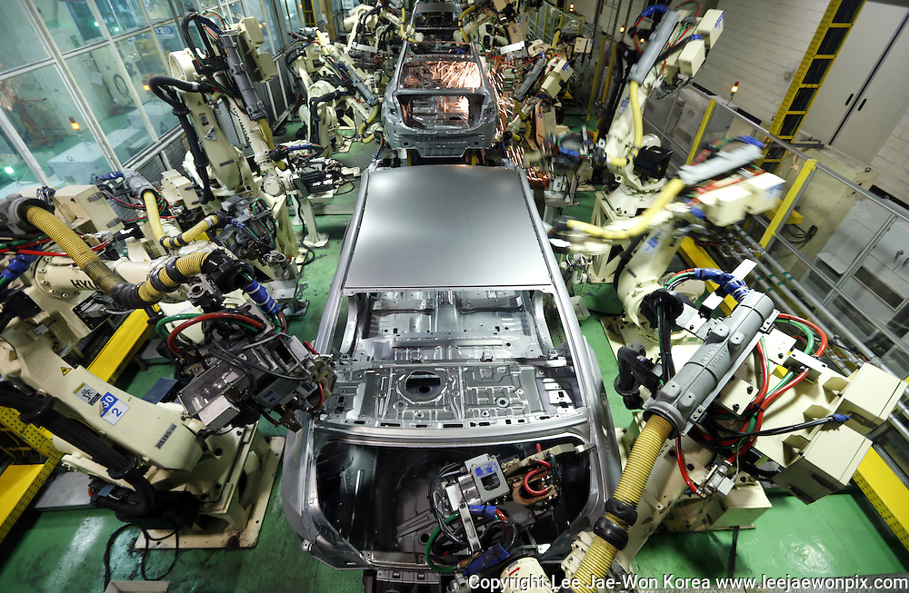 Hyundai Motor's sedans are assembled at a factory of the car maker in Asan, about 100 km (62 miles) south of Seoul. Photo by Lee Jae-Won (SOUTH KOREA) www.leejaewonpix.com/