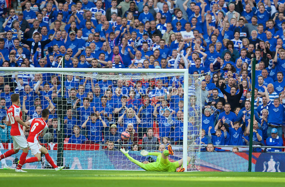 LONDON, ENGLAND - Saturday, April 18, 2015: Arsenal's goalkeeper Wojciech Szczesny can't keep out Reading equalising goal during the FA Cup Semi-Final match at Wembley Stadium. (Pic by David Rawcliffe/Propaganda)