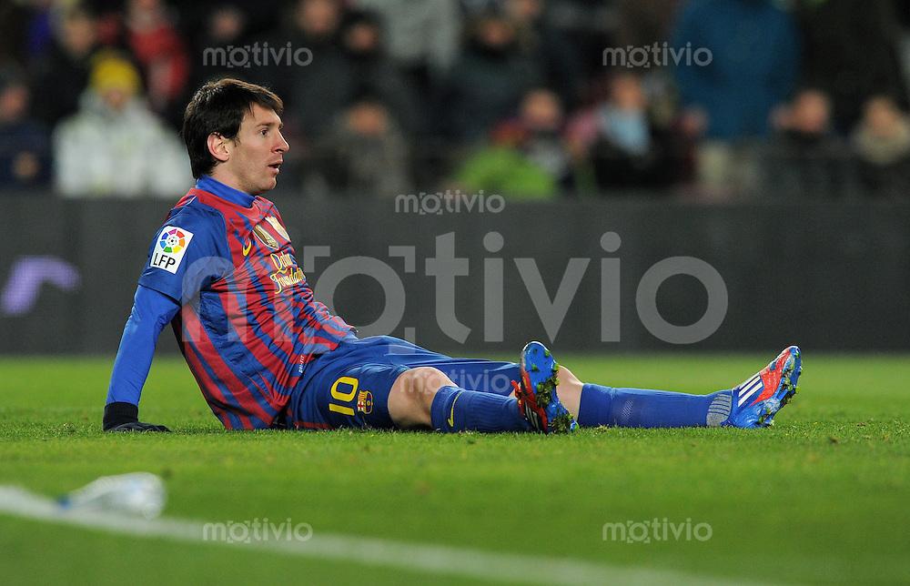 FUSSBALL  INTERNATIONAL  Copa del Rey  1/2  FINALE  2011/2012   08.02.2012 FC Barcelona  - FC Valencia Lionel Messi (Barca) am Boden