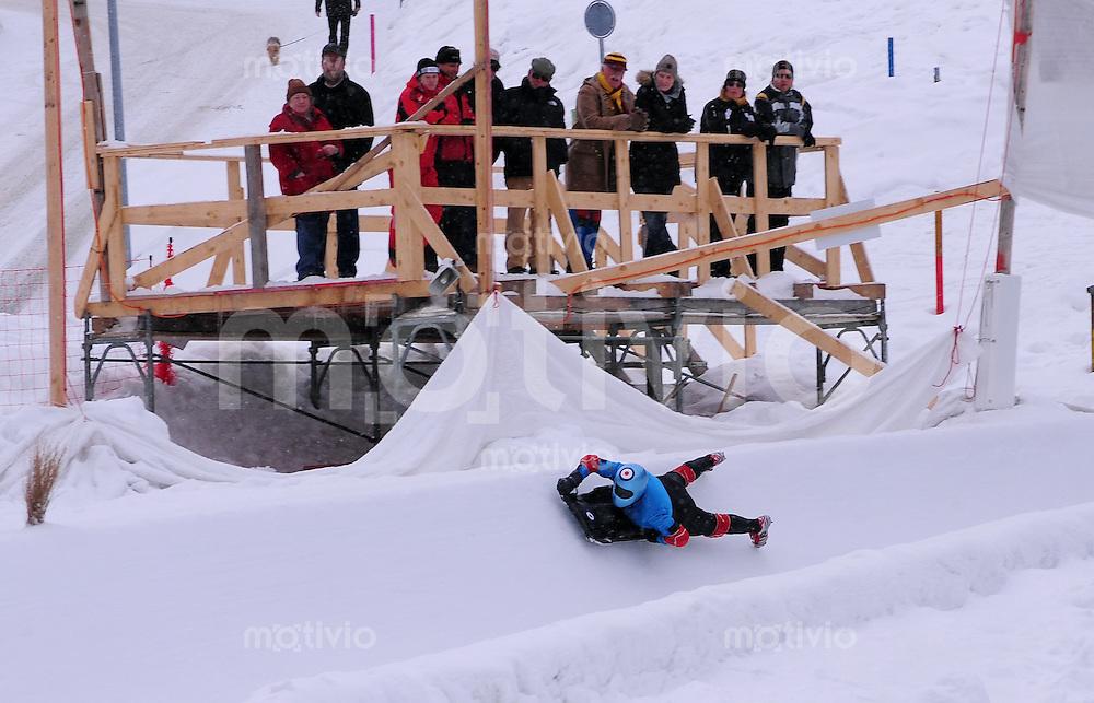 CRESTA RUN St. Moritz    05.02.2010 Zuschauer beobachten einen Fahrer