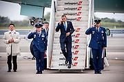 President Barack Obama tar et luftig hopp ned de siste trinnene i det han ankommer JFK lufthavn med Air Force One. Årets presidentvalgkamp var tidenes dyreste, og Obama gjorde hyppige besøk til New York for å samle inn kampanjemidler  på fund-raisere.
