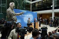 """24 APR 2002, BERLIN/GERMANY:<br /> Franz Muentefering (L), SPD, Bundesgeschaeftsfuehrer, und Gerhard Schroeder, SPD, Bundeskanzler und Parteivorsitzender, waehrend einer Pressekonferenz zur Vorstellung des SPD Wahlprogramms zur Bundestagswahl 2002 unter dem Motte """"Die Politik der Mitte"""", Willi-Brandt-Haus<br /> IMAGE: 20020424-02-009<br /> KEYWORDS: Franz Müntefering, Gerhard Schröder, Wahlprogramm, Kamera, Camera, Fotograf, photograper, Journalist, Journalisten"""