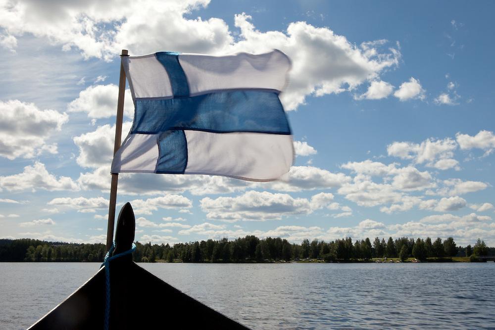 Finnland - Lappland - ROVANIEMI; Bootsfahrt - Finnische Flagge; Landschaft; 08.07.2010; copyright > Christian Jungeblodt