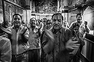 A group of devotees during and impromptu parade of song and prayer at at a temple devoted to Krishna. Jodhpur, Rajhastan, India. Un grupo de devotos durante un desfile improvisado de canción y rezos en un templo dedicado a Krishna. Jodhpur, Rajastán, India.