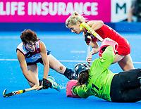 Londen - Sophie Bray (Eng) met goalie Hyeon A Hwang (Kor)  en links Yurim Lee (Kor) tijdens de cross over wedstrijd Engeland-Korea (2-0) bij het WK Hockey 2018 in Londen.   COPYRIGHT KOEN SUYK
