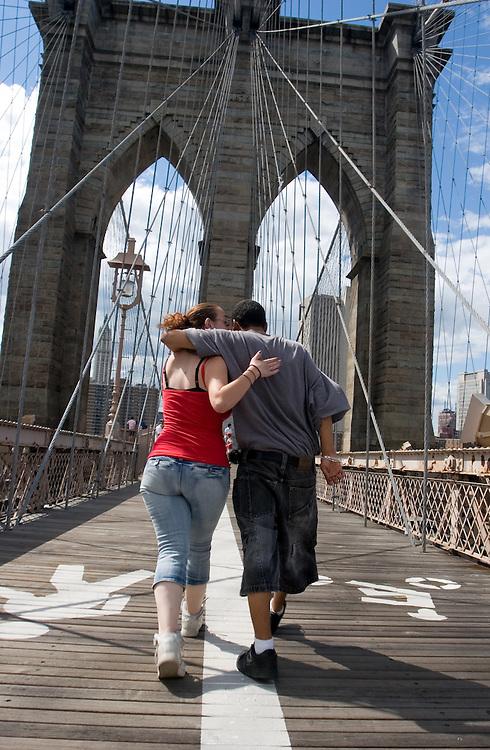 A couple walk Brooklyn bridge to Manhattan.<br /> <br /> Una pareja camina por el puente de Brooklyn en direcci&oacute;n a Manhattan.