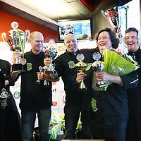 Nederland, Groningen , 12 februari 2010..Wereldkampioenschap Snertkoken en het Wereldkampioenschap Stamppotkoken is op 12 februari 2010 om 9.00 uur in het Noorderpoort College, EUROBORG, van Boumaboulevard 113 te Groningen..In het midden de nummer 1 winnaar temidden van andere winnaars..Foto:Jean-Pierre Jans