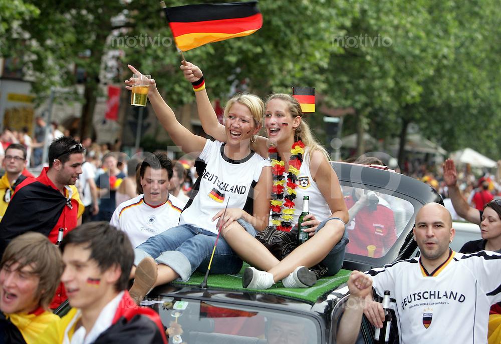 Fussball WM 2006  Gruppenspiel  Vorrunde  Ecuador 0-3 Deutschland Deutsche Fans feiern in der Stuttgerter Innenstadt