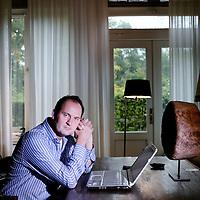 Nederland,Castricum ,15 oktober 2008..Willem Middelkoop (Genève, 1962) is een Nederlands publicist en beursanalist op RTL Z..Middelkoop werd in Zwitserland geboren, maar groeide op in Drenthe. Hij volgde een opleiding aan de HTS in Amsterdam in de richting Confectie Industrie. Aanvankelijk werkte hij als fotojournalist. Later begon Middelkoop als verslaggever bij de Amsterdamse stadszender AT5..Vanaf de jaren 90 volgden publicaties over de economie en financiële markten. Sindsdien doet hij actief onderzoek naar de vermeende geheimen van het financiële systeem. Zijn tegendraadse visie maakt hem tot bekende verschijning in de media. Hij is uitgesproken pessimistisch over financiële instellingen en de Amerikaanse dollar, en positief over beleggingen in fysiek goud en olie. Willem Middelkoop geniet enige status als goeroe..Begin september 2007 kwam er een boek van Middelkoop uit: Als de dollar valt. Middelkoop waarschuwt voor een crash van de dollar en daarmee het financiële systeem. Inmiddels is de twaalfde druk van het boek uit. In juni 2008 kwam Middelkoop met een ander boek: De permanente oliecrisis. In dit boek voorspelt Middelkoop permanent hoge olieprijzen en de grote gevolgen daarvan voor de westerse manier van leven.