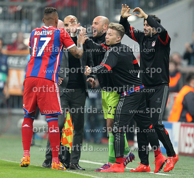 21.04.2015, Allianz Arena, Muenchen, GER, UEFA CL, FC Bayern Muenchen vs FC Porto, im Bild l-r: Torjubel von Jerome Boateng #17 (FC Bayern Muenchen), Chef-Trainer Pep Guardiola (FC Bayern Muenchen), Mitchell Weiser #30 (FC Bayern Muenchen), Claudio Pizzarro #14 (FC Bayern Muenchen) // during the UEFA Semi Final 2nd Leg Match between FC Bayern Munich and FC Porto at the Allianz Arena in Muenchen, Germany on 2015/04/21. EXPA Pictures &copy; 2015, PhotoCredit: EXPA/ Eibner-Pressefoto/ Kolbert<br /> <br /> *****ATTENTION - OUT of GER*****