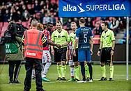 FODBOLD: Anførerne Jores Okore (AaB) og Andreas Holm (FC Helsingør) med dommer Dennis Mogensen før  kampen i ALKA Superligaen mellem AaB og FC Helsingør den 15. oktober 2017 på Aalborg Stadion. Foto: Claus Birch