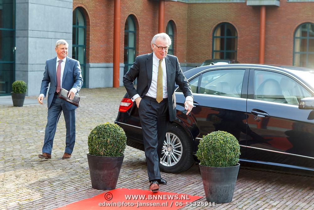 NLD/Den Haag/20150316 - Koning Willem - Alexander onthult gerestaureerde glazen koets<br /> <br /> King Willem-Alexander unveils restored glass carriage<br /> <br /> Op de foto: burgemeester Jozias van Aartsen