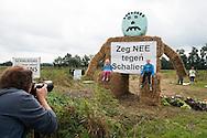 Nederland, Boxtel, 14 sept  2013<br /> Manifesatie tegen schaliegas proefboringen in  Boxtel. Tegenstanders van schaliegas hebben een grote pop gebouwd van strobalen op de lokatie voor proefboringen in Boxtel.<br /> Foto(c): Michiel Wijnbergh