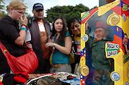 Un grupo de jóvenes observan el muñeco del presidente venezolano Hugo Chávez durante la marcha organizada para dar inicio al VI Foro Social Mundial. Caracas, 24-01-2006. (ivan gonzalez).