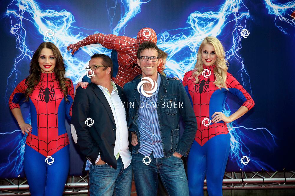 AMSTERDAM - Bij het Pathe ArenA Theater is de filmpremière van Spiderman II gehouden. Met hier op de foto  Hans Schiffers met partner Rob Sol. FOTO LEVIN DEN BOER - PERSFOTO.NU