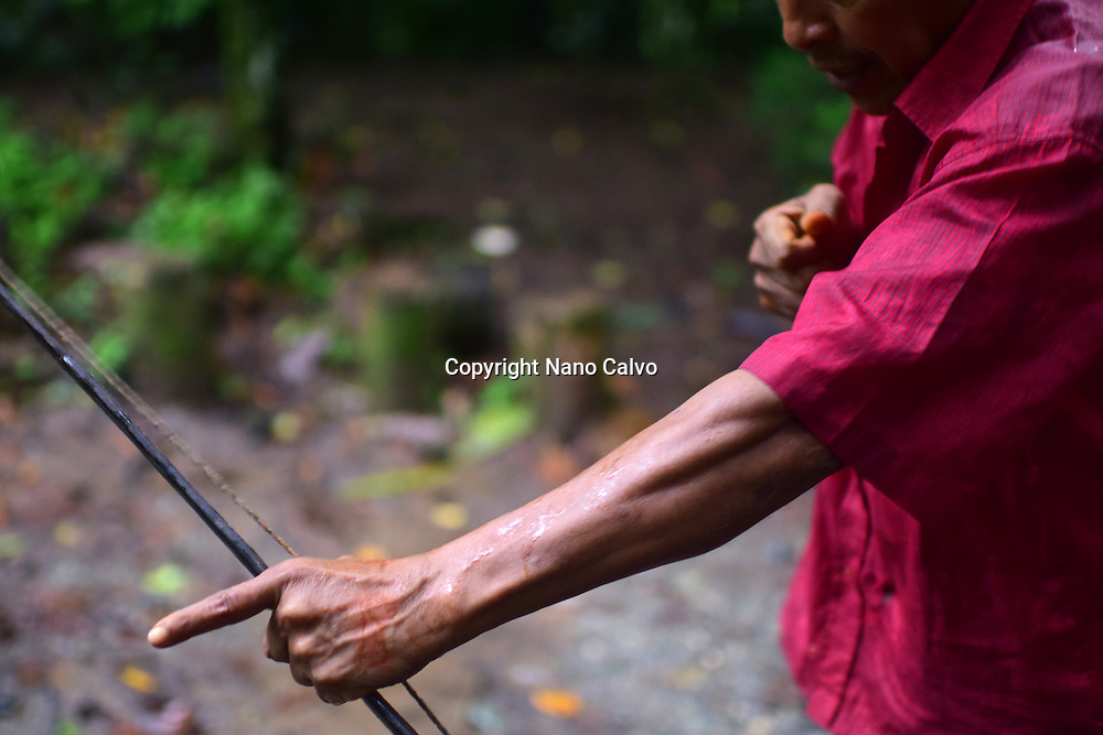 Catato L&oacute;pez, a Bribri man, explaining the use of a handmade bow. <br />