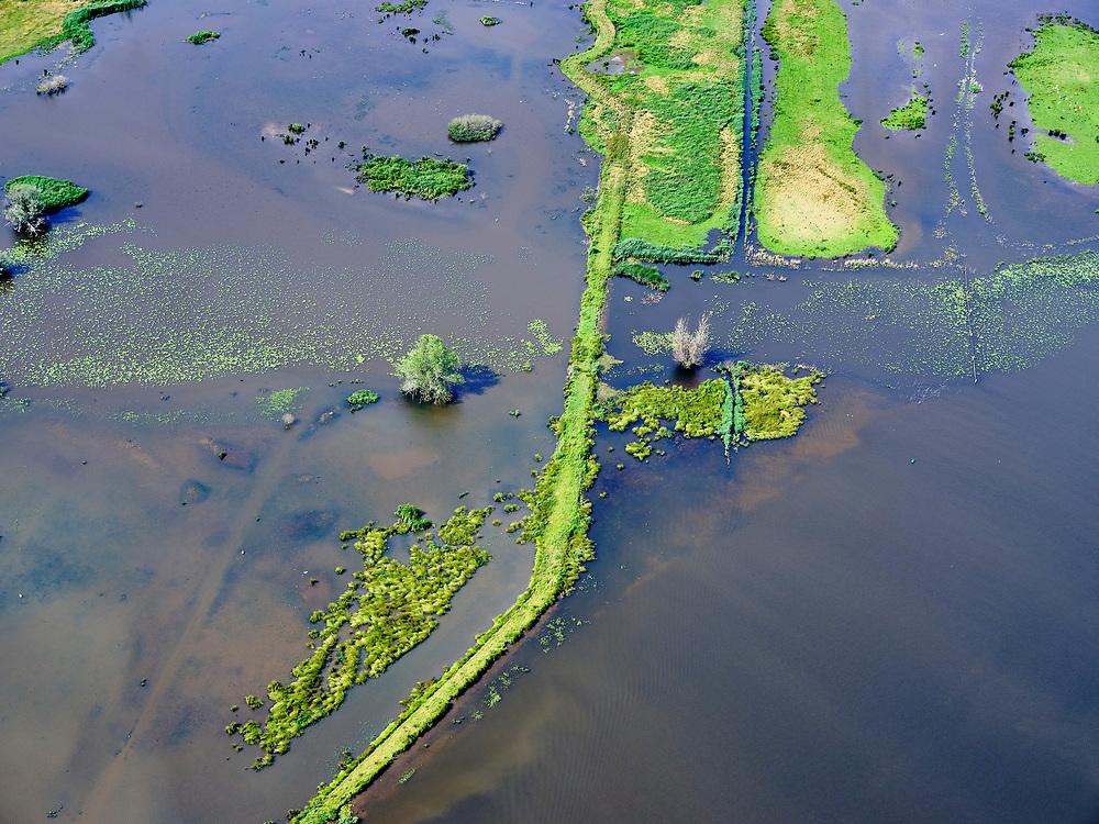 """Nederland, Overijssel, Gemeente Kampen; 21–06-2020; het Reevediep ter plaatse van De Enk. Voor de aanleg van het Reevediep liep ter hoogte van dit natuurgebied in Kamperveen het riviertje Reeve,<br /> Het Reevediep is aangelegd in het kader van het project Ruimte voor de Rivier om bij hoogwater water af te voeren voordat dit het nabij gelegen Kampen bereikt, direct naar het IJsselmeer, de 'bypass Kampen'. Het Reevediepgebied is ook een natuurgebied en vormt een ecologische verbindingszone tussen rivier de IJssel en Drontermeer.<br /> Reevediep, nature reserve De Enk.<br /> The Reevediep has been constructed as part of the Room for the River project, and functions to discharge high waters before reaching the nearby Kampen, directly to the IJsselmeer, the """"bypass Kampen"""". The Reevediep area is also a nature reserve and forms an ecological connecting zone between the river IJssel and Drontermeer.<br /> <br /> luchtfoto (toeslag op standaard tarieven);<br /> aerial photo (additional fee required)<br /> copyright © 2020 foto/photo Siebe Swart"""