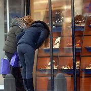 NLD/Laren/20060131 - Estelle Gullit en moeder winkelend in Laren, kijkend in etalage van juwelier