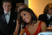 Miljonair Fair 2004 - Ondernemen is topsport<br /> De derde Miljonair Fair 2004, van 10 t/m 12 december in de RAI Amsterdam, was een daverend succes! Vier dagen lang sprankelende luxe op 20.000 vierkante meter RAI.<br /> <br /> Gouden Medaille winnaar Leontien van Moorsel krijgt een Swatch horloge.