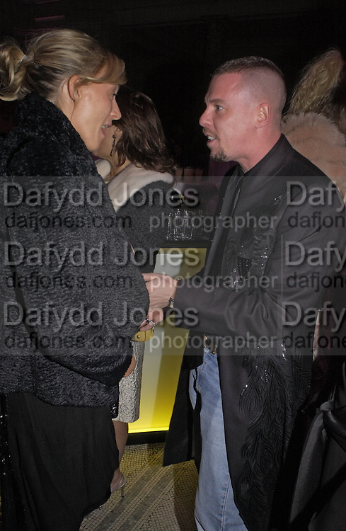 Phoebe Philo and Alexander McQueen, British Fashion Awards, V. & A. Museum. 2 November 2004. ONE TIME USE ONLY - DO NOT ARCHIVE  © Copyright Photograph by Dafydd Jones 66 Stockwell Park Rd. London SW9 0DA Tel 020 7733 0108 www.dafjones.com