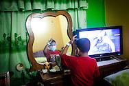 Manuel Alejandro Romero se peina en su casa ubicada en la Urb. Altos del Sol Amado de Maracaibo, Edo. Zulia. Gracias a FundaHigado, en junio de 2012, Manuel Alejandro recibió un trasplante de higado que le permite disfrutar de la vida. Maracaibo, Venezuela 20 y 21 Oct. 2012. (Foto/ivan gonzalez)