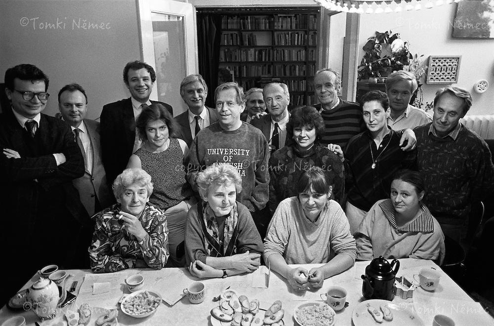 Praha,1992, Skupinova fotografie  mluvcich Charty 77 u Dany Nemcove doma. Spolecnym prohlasenim zde byla cinnost Charty 77 ukoncena.