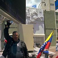Obra en homenaje al Libertador Simon Bolivar en la Avenida Bolivar, Caracas - Venezuela .Photography by Aaron Sosa.Venezuela 2006.(Copyright © Aaron Sosa)