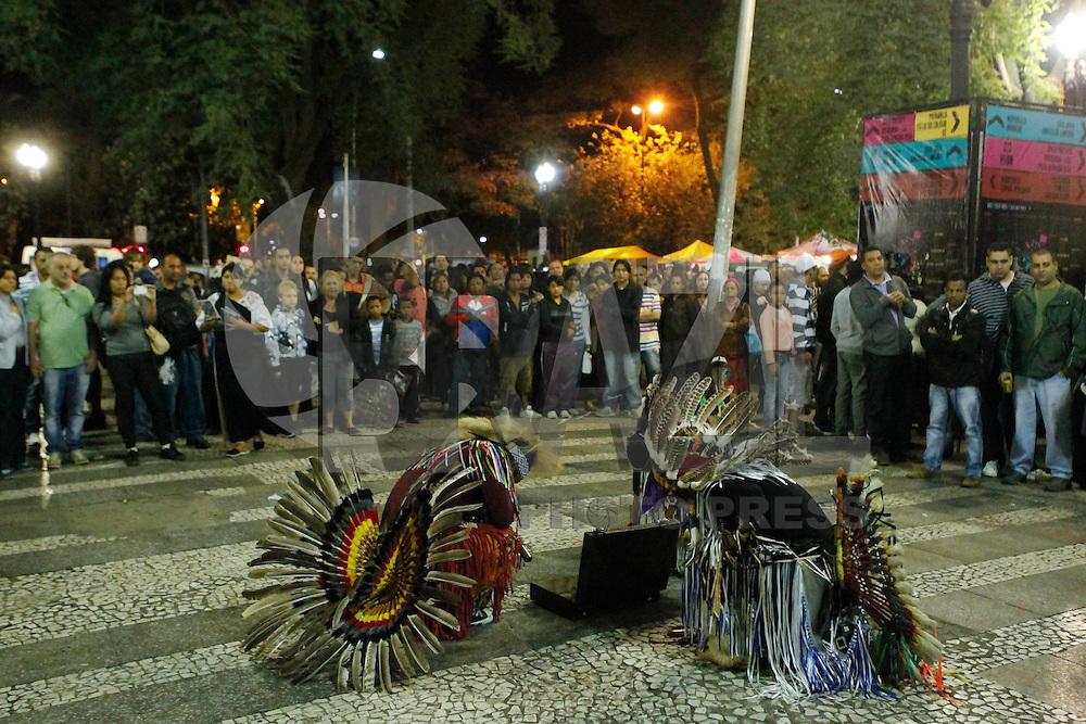SAO PAULO, SP 18 DE MAIO 2013 - VIRADA CULTURAL 2013 - A Virada  Cultural acontece nos dias 18 e 19 de maio em toda a cidade de São Paulo. Artistas da Am´rica Latina também participaram do evento com sons de flautas e muita dançaFOTO: PAULO FISCHER/BRAZIL PHOTO PRESS