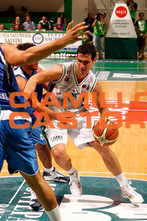 DESCRIZIONE : Siena Lega A 2009-10 Montepaschi Siena Martos Napoli<br /> GIOCATORE : Nikolaos Nikos Zisis<br /> SQUADRA : Montepaschi Siena<br /> EVENTO : Campionato Lega A 2009-2010 <br /> GARA : Montepaschi Siena Martos Napoli<br /> DATA : 11/10/2009<br /> CATEGORIA : palleggio<br /> SPORT : Pallacanestro <br /> AUTORE : Agenzia Ciamillo-Castoria/P.Lazzeroni