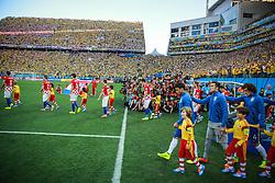 Jogadores entram em campo na partida entre Brasil x Croácia, na abertura da Copa do Mundo 2014, no Estádio Arena Corinthians, em São Paulo. FOTO: Jefferson Bernardes/ Agência Preview