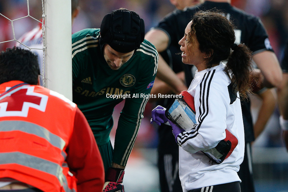 22.04.2014. Madrid, Spain. UEFA Champions League semi-final.  Atletico de Madrid versus Chelsea C.F. at Vicente Calderon stadium. Keeper Petr Cech of Chelsea is injured in the penalty box and receives medical treatment