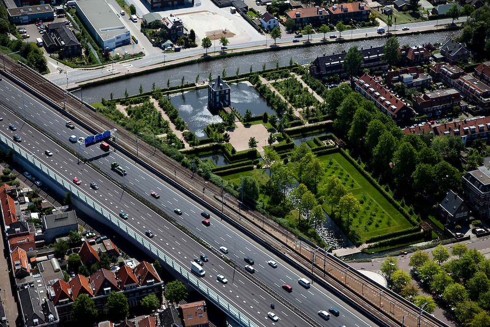 Nederland, Zuid-Holland, Voorburg, 12-05-2009; Hofwijck, voormalige buitenplaats van Constantijn Huygens, huisvest nu het Huygensmuseum. De formele tuin wordt deels afgesneden door autoweg A12 en de spoorlijn naar Den Haag CS - Gouda. Verkeerslawaai en overlast wordt verminderd door door het geluidsscherm  .Swart collectie, luchtfoto (toeslag); Swart Collection, aerial photo (additional fee required); .foto Siebe Swart / photo Siebe Swart