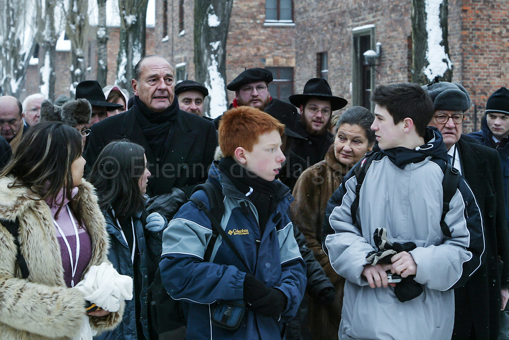 Emue, silencieuse, Simone Veil visite le camp d'Auschwitz accompagné du président Jacques Chirac et d'écoliers français à l'occasion du 60ème anniversaire de la libération du complexe d'extermination. 27 January 2005. Alongside President Chirac, Simone Veil returns to Auschwitz prior to an International ceremony at the Birkenau death camp for the 60th anniversary of Auschwitz liberation. Simone Veil was deported in 1944 when she was 16 and survived while her father and brother vanished during the Shoah.
