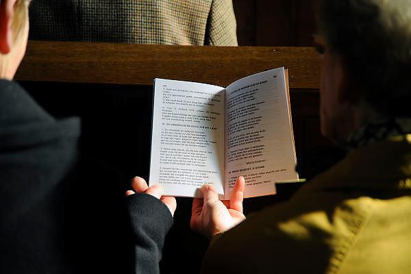Nederland, Weurt, 8-3-2009Kerkgangers houden samen een gezangenboekje in de hand.Foto: Flip Franssen