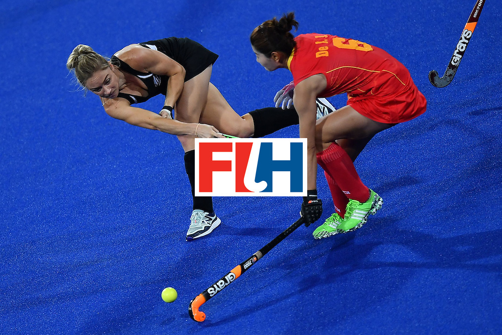 New Zealand's Anita Mclaren (L) and China's De Jiaojiao vie during the women's field hockey China vs New Zealand match of the Rio 2016 Olympics Games at the Olympic Hockey Centre in Rio de Janeiro on August, 13 2016. / AFP / MANAN VATSYAYANA        (Photo credit should read MANAN VATSYAYANA/AFP/Getty Images)