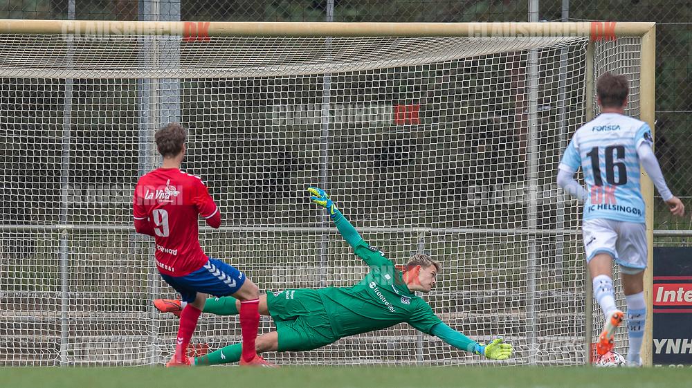 Christoffer Thrane (Slagelse) reducerer til 1-2 på straffespark mod målmand Christoffer Petersen (FC Helsingør) under kampen i 2. Division mellem Slagelse B&I og FC Helsingør den 6. oktober 2019 på Slagelse Stadion (Foto: Claus Birch).