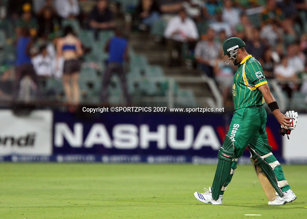 Jacques Kallis walks back to the dressing room. South Africa v New Zealand. International cricket Pro20 match held at the the Wanderers Stadium, Johannesburg, South Africa. Friday 23 November 2007. Photo: Barry Aldworth/SPORTZPICS/PHOTOSPORT