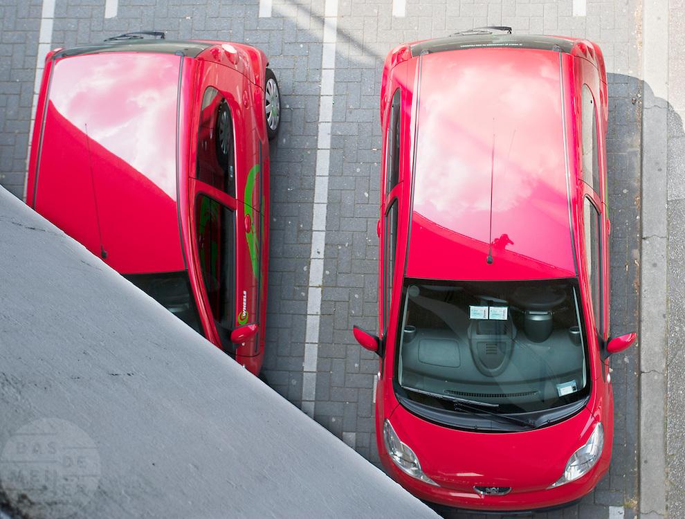 Twee deelauto's van Greenwheels bij het station van Utrecht
