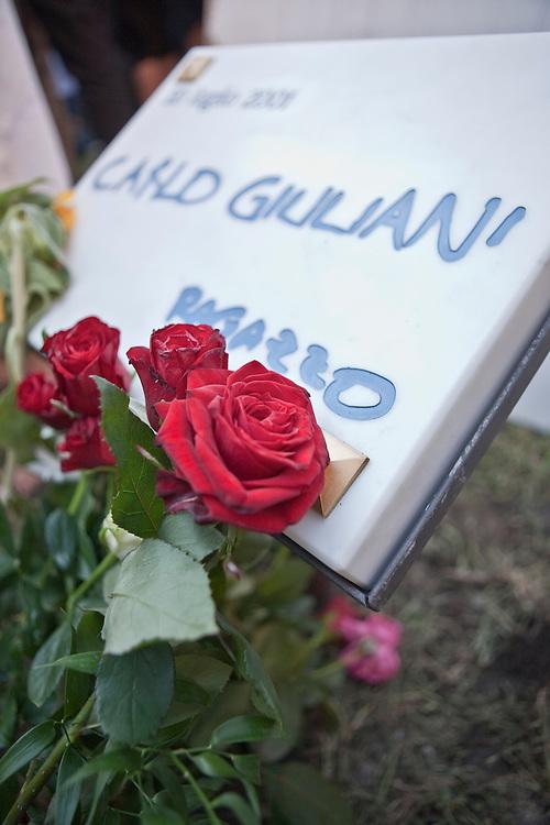 Commemorazione di Carlo Giuliani in Piazza Alimonda a Genova. La nuova lapide commemorativa.