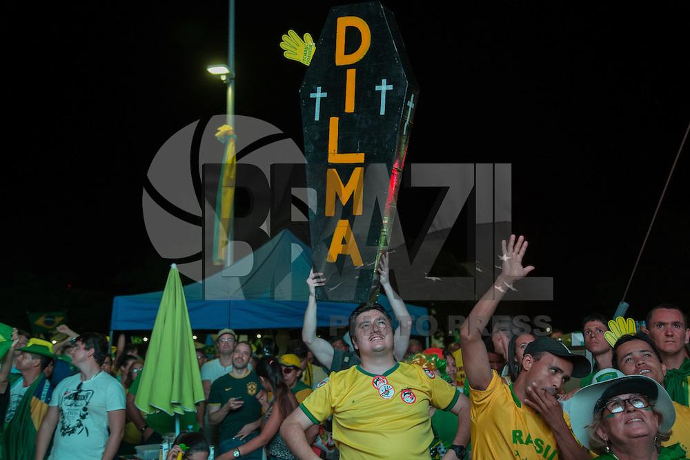 BRASILIA, DF, 17.04.2016 - CÂMARA-IMPEACHMENT- Manifestantes favoráveis ao impeachment comemoram a votação favorável na Esplanada dos Ministérios, próximos ao Congresso, enquanto no plenário da Câmara, segue a sessão de votação do impeachment da presidente Dilma Rousseff, neste domingo, 17. (Foto:Ed Ferreira / Brazil Photo Press)