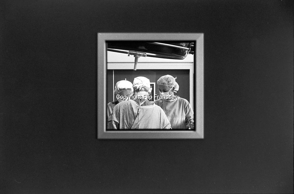 Nederland, Boxmeer, 1-7-1991<br /> Chirurg en operatieassistentes in operatiekamer van regionaal ziekenhuis, maasziekenhuis.<br /> Wachtlijsten gezondheidszorg, specialisten.<br /> Foto: Flip Franssen/Hollandse Hoogte